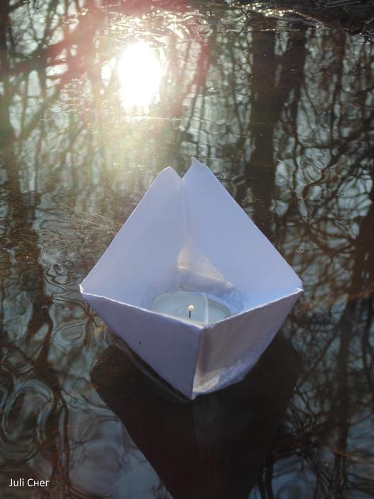 Бумажный кораблик со свечёй