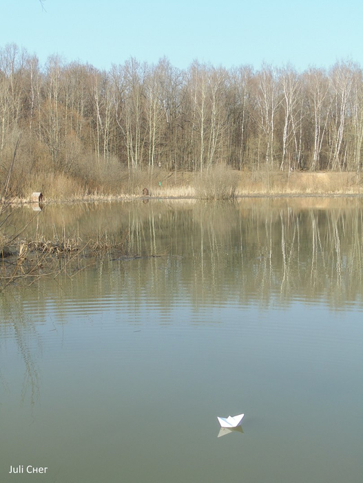 Бумажные кораблики и лесное озеро